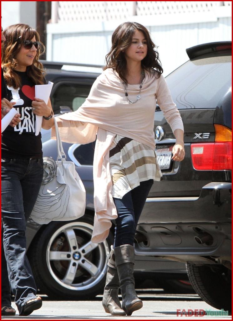 fp 5557423 gomez selena excl fp6 080910 jpgJake T Austin And Selena Gomez Hugging