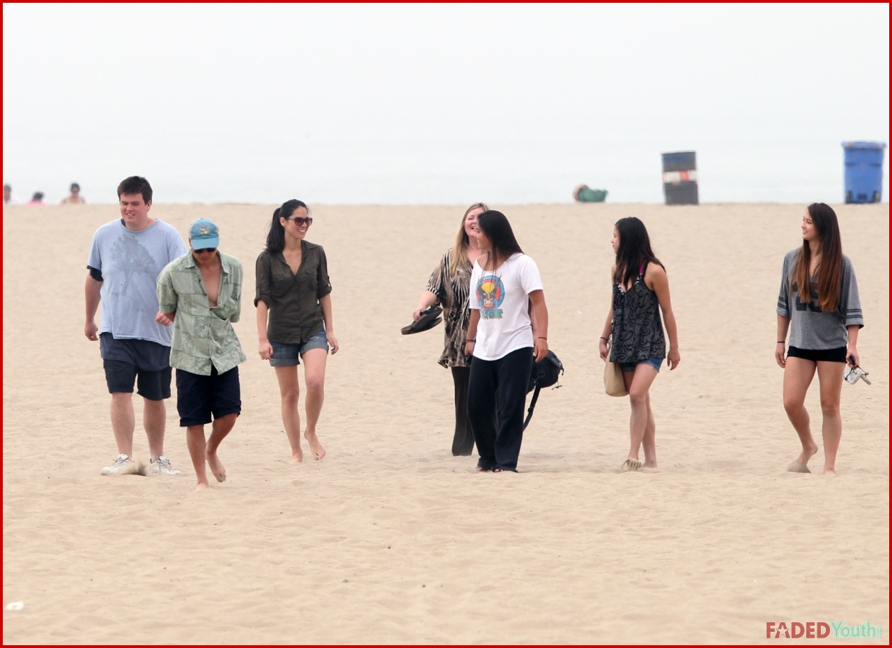 OLIVIA MUNN PLAYS IN THE SAND WITH HER FAMILY | Faded ...