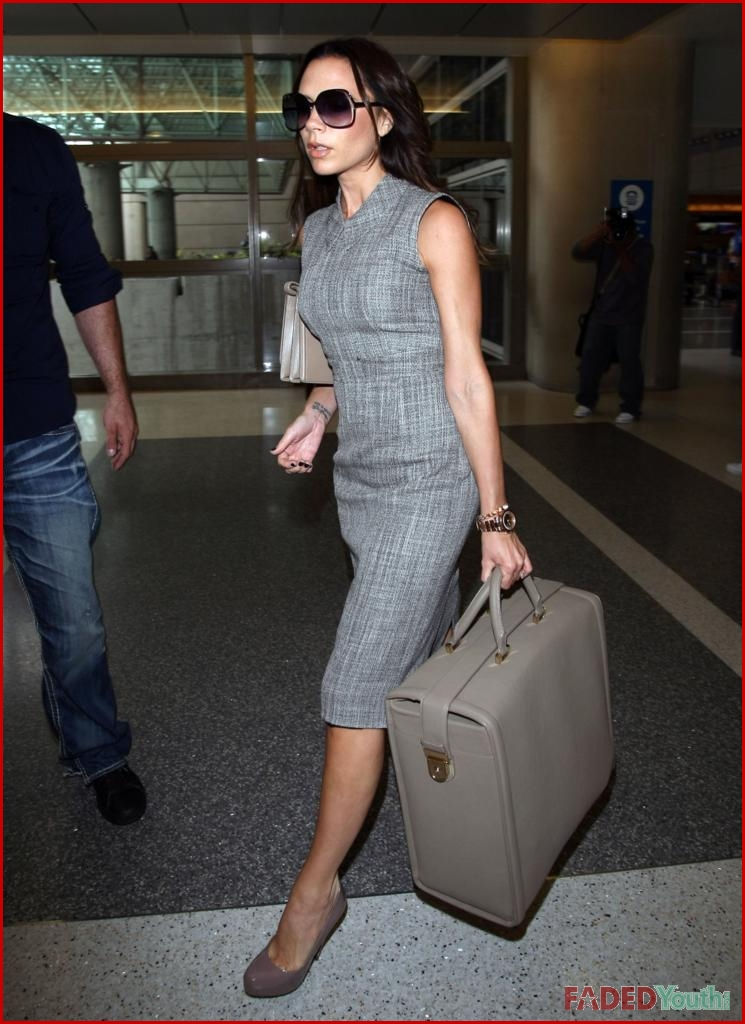 VICTORIA BECKHAM LEAVES TOWN SOLO