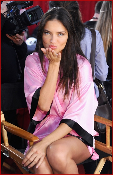 adriana lima victoria secret fashion show 2010. ADRIANA LIMA AND HER FELLOW
