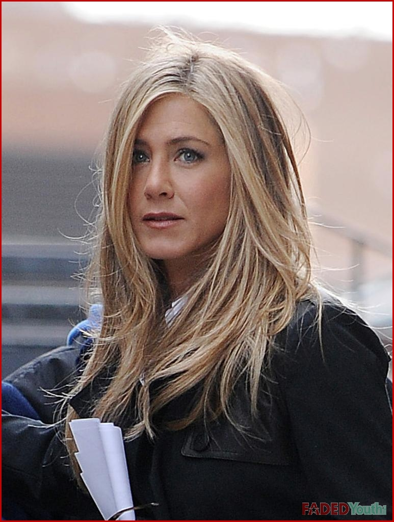 Jennifer Aniston Keeps It Sexy On Set Faded Youth Blog