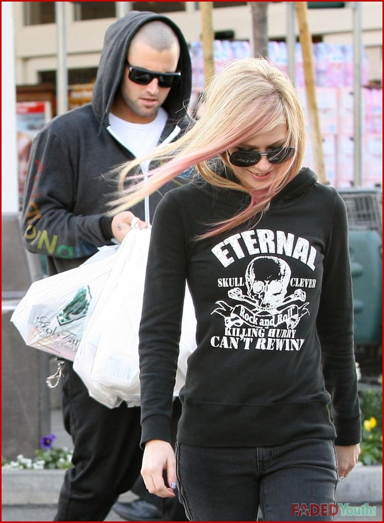 Avril Lavigne Doesn T Lift Heavy Bags When Brody Jenner Is
