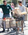 2011_Halle berry shopping grocery4_fadedyouthblog
