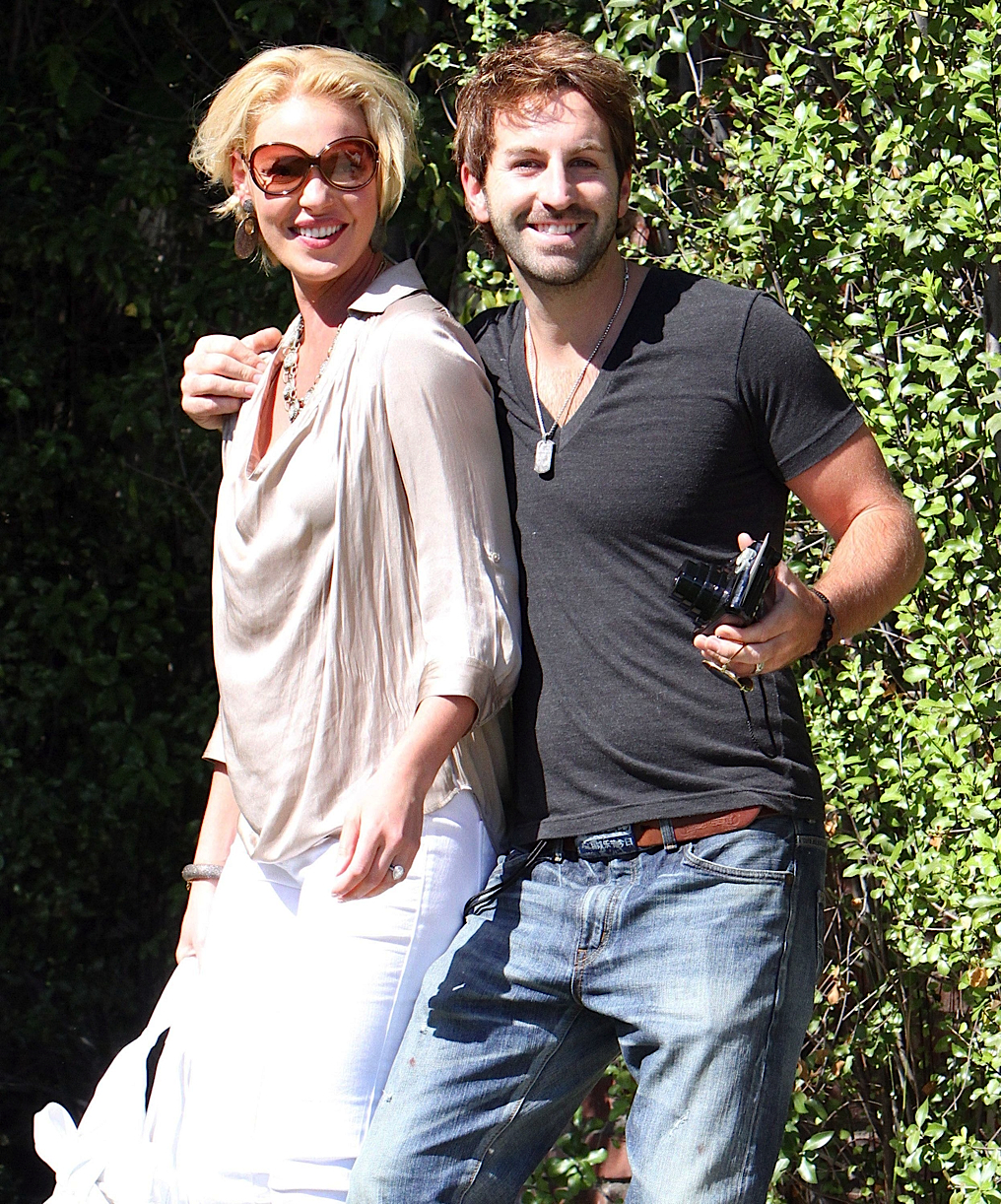 2011_Katherine Heigl And Her Husband Outside Their House ...